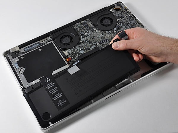 New MacBook Pro 17 Disassembled HUGE BATTERY