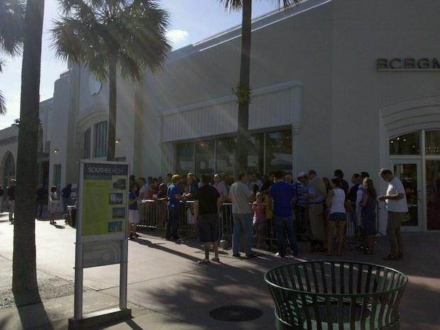 The iPad line in Miami. CC-licensed pic by Gubatron.