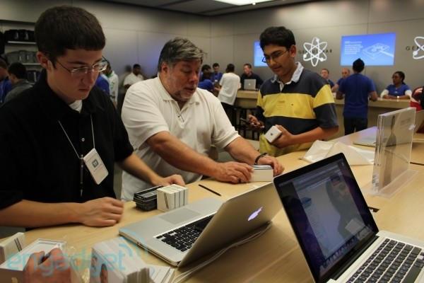 Steve Wozniak activating his iPhone 4. @Engadget