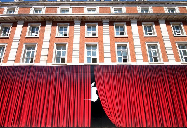 Apple-store-closed-curtains-overnight-refurb.jpg