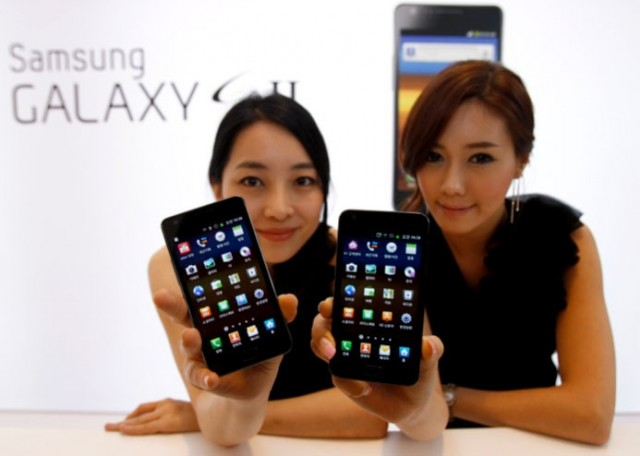 121945-models-pose-with-samsung-electronics-new-smartphone-galaxy-s-ii-at-the