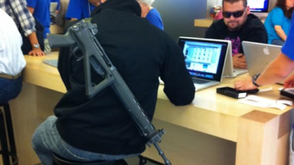 gun-in-apple-store-e1313083204877