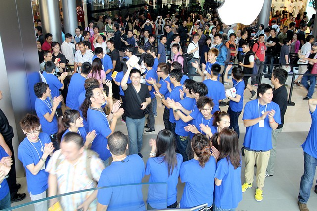 The first customers entering Apple's new flagship shoe in Hong Kong, which celebrated its grand opening on Saturday morning. Photo by Gary Allen, IFOAppleStore