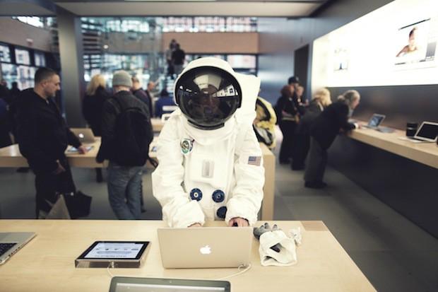 astronaut-in-apple-store