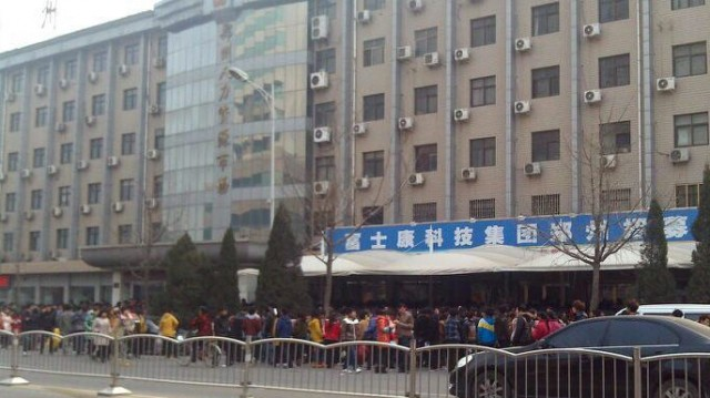 thousands-queue-for-foxconn-jobs