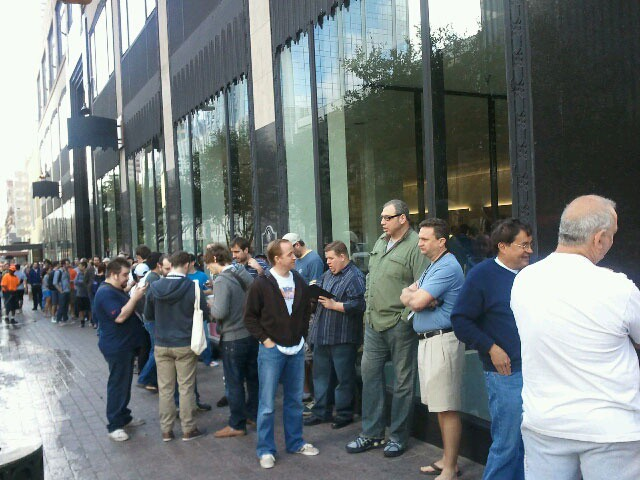 Lines for Apple's temporary store at SXSW 2011. Image courtesy of ObamaPacman.