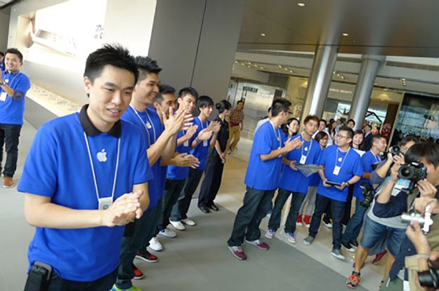 Employees-cheering-Apple-Store-Hong-Kong