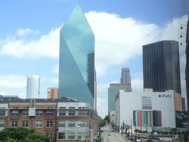 Reader Branden Dae just snapped this picture of a building-sized iPad 2 ad still up in Dallas. http://t.co/fiYNOLzd –