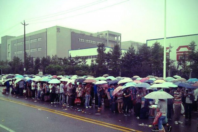 Foxconn-worker-lines