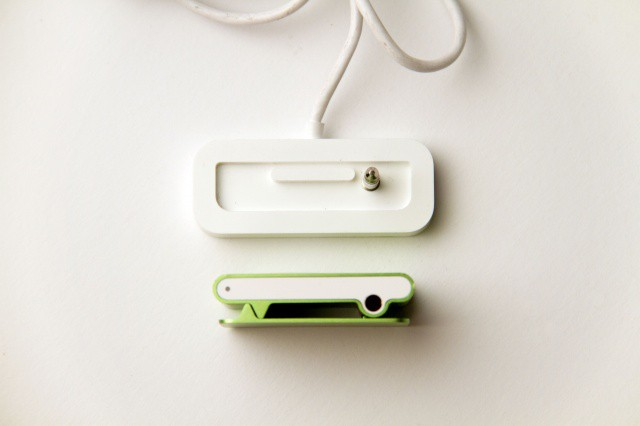 Apple_iPod_Shuffle_second_generation_green_top_view_and_dock_connector_top_view