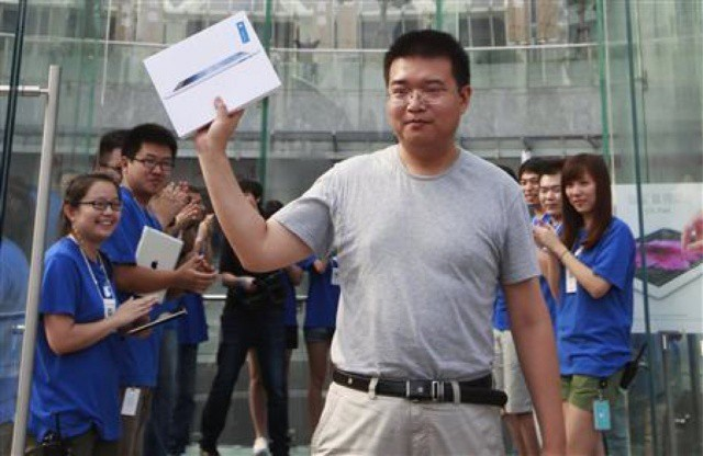 After a four-month delay, the new iPad is finally on sale in China today.