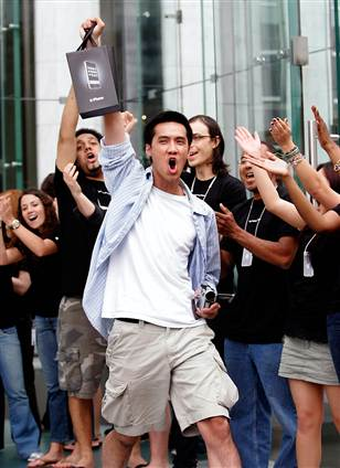 Apple retail staff cheered customers on like they were heroes - which was pretty ridiculous