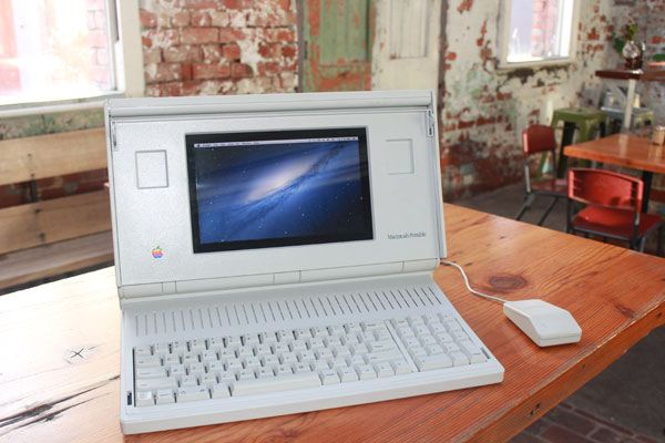 macintosh-portable-in-cafe
