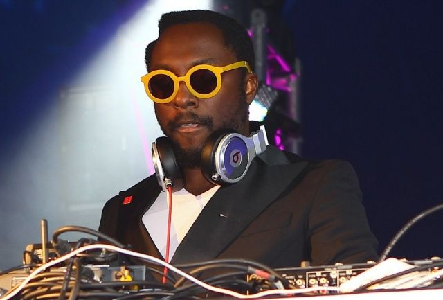 will-i-am-as-dj-at-ef-summeranza-student-exchange-event-11