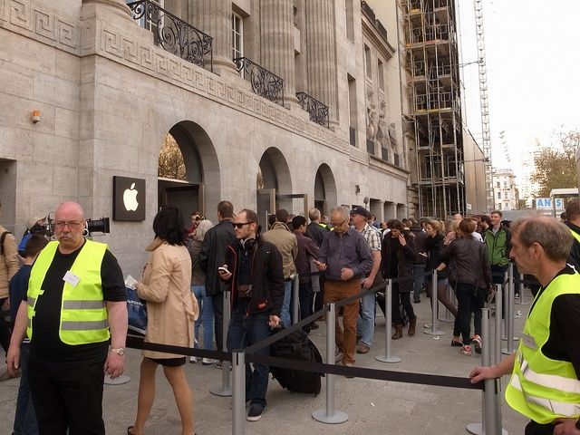 berlin germany 39 s first apple store opens to huge crowds cult of mac. Black Bedroom Furniture Sets. Home Design Ideas