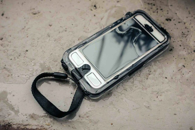 competitive price 0d277 ee0af Griffin's Waterproof Survivor+Catalyst Is The Perfect iPhone 5 Beach ...