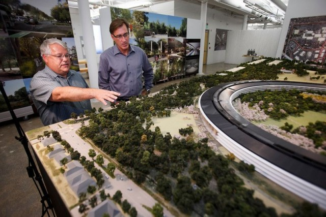 Oppenheimer showing off Apple's replica model of Campus 2.0.