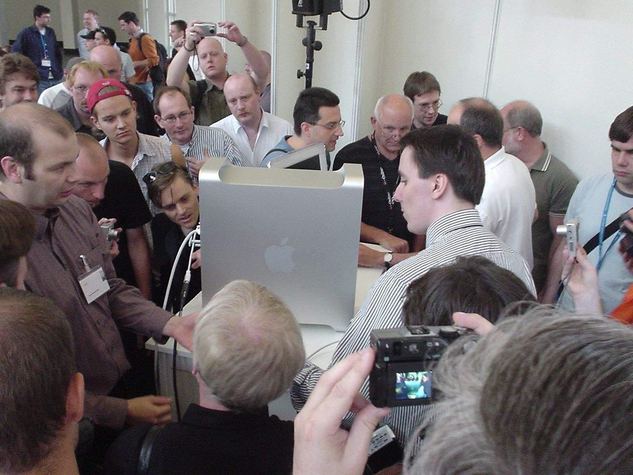 Crowds gather to admire the Power Mac G5 (http://www.rttm.de/G5/source/dsc00375.html)