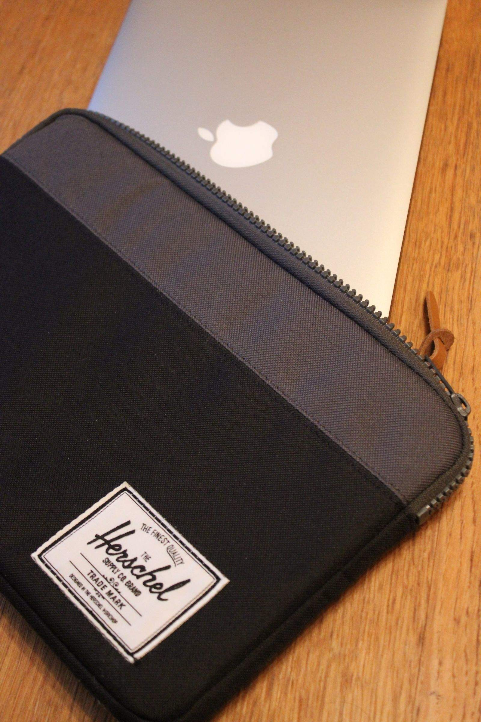 reputable site e700b 2764a Herschel's Anchor Sleeve Holds Your MacBook Air -- And Only That ...