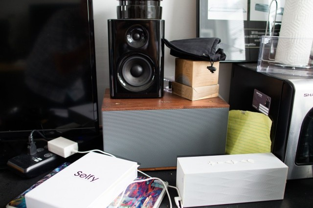 One of Grain Audio's wooden bookshelf speakers rocks the Cult of Mac offices.