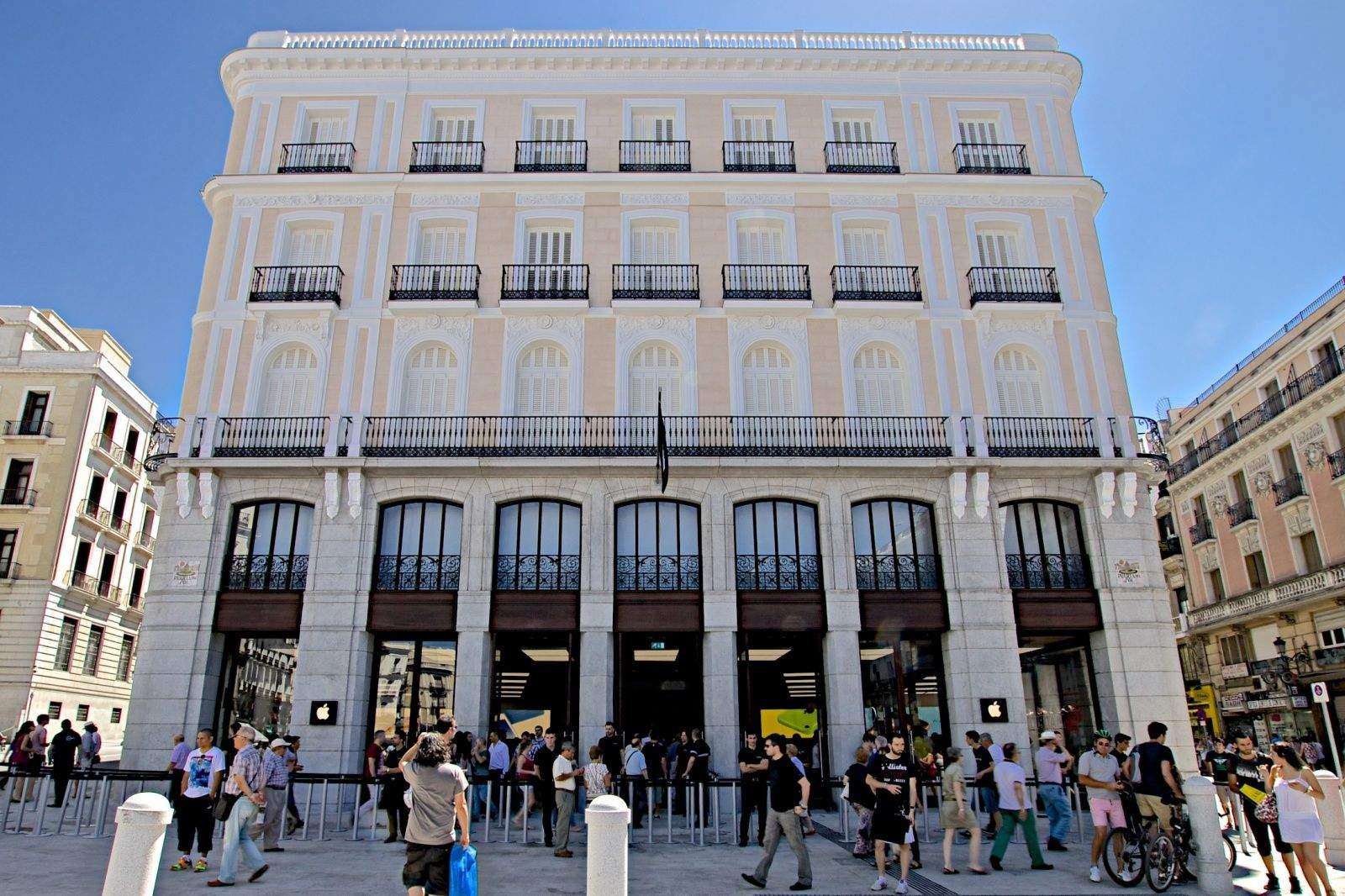 Ole Apple Opens New Store In Madrid To Massive Crowds