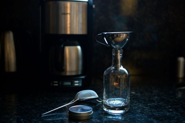 The Homemade Gin Kit turns cheap vodka into something much more interesting. Photo: Jim Merithew/Cult of Mac