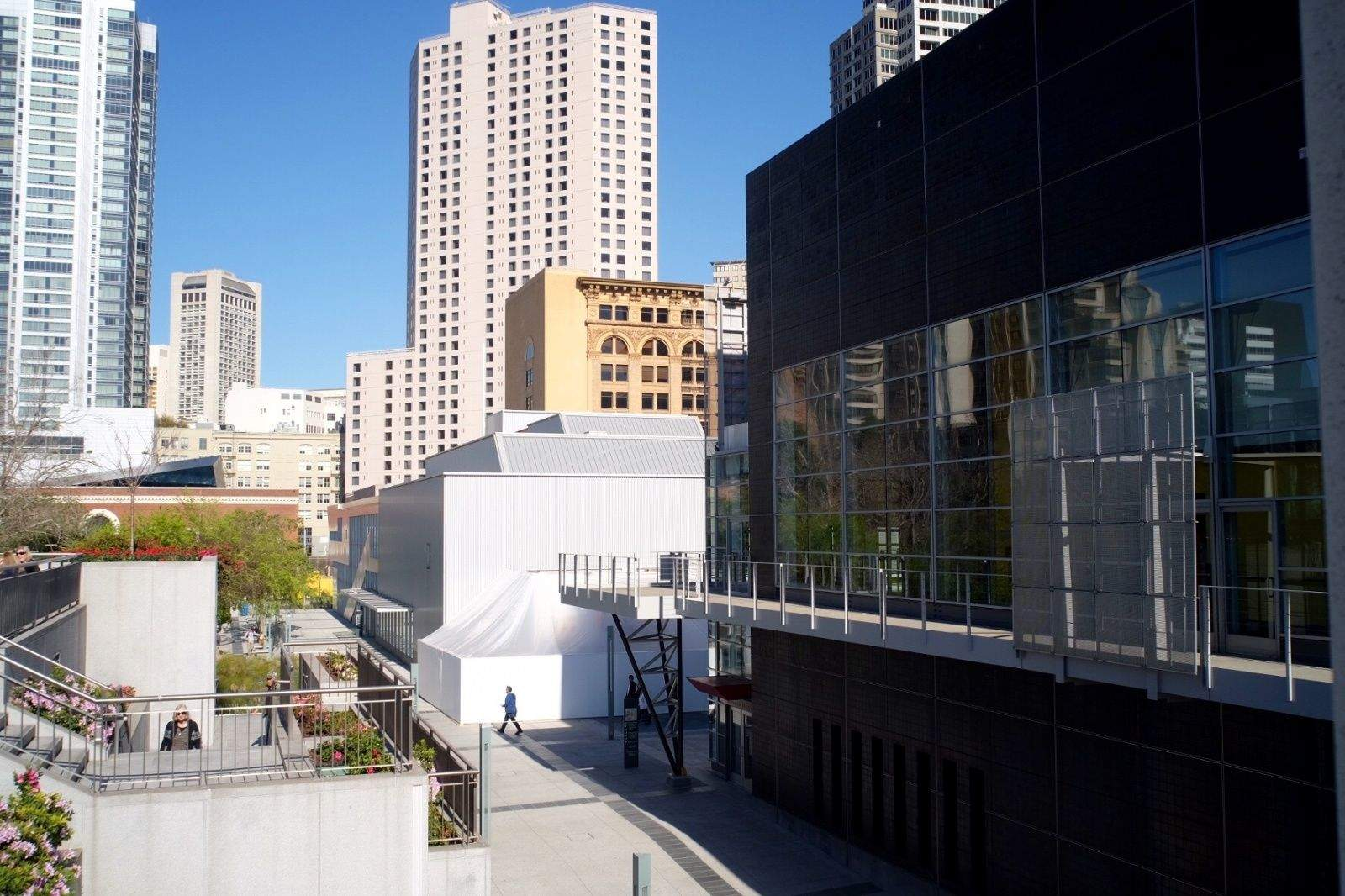 Apple's tiny white tent nestles between buildings at San Francisco's Yerba Buena Center for the Arts. Photo: Jim Merithew/ Cult of Mac