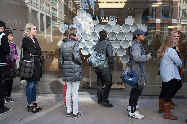 A line of Apple customers, who had registered for appointments to try on the Apple Watch, wait for the doors to open at the downtown Chicago store. Photo: David Pierini/Cult of Mac