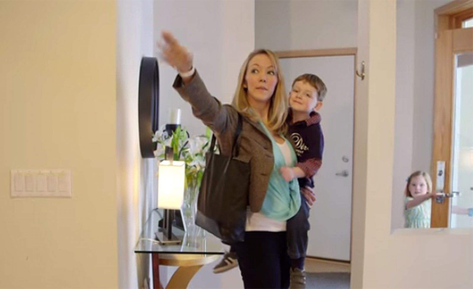 In this demonstration video, a mother gestures to turn off the lights thanks to the Reemo smartwatch she is wearing. Photo: Reemo/YouTube