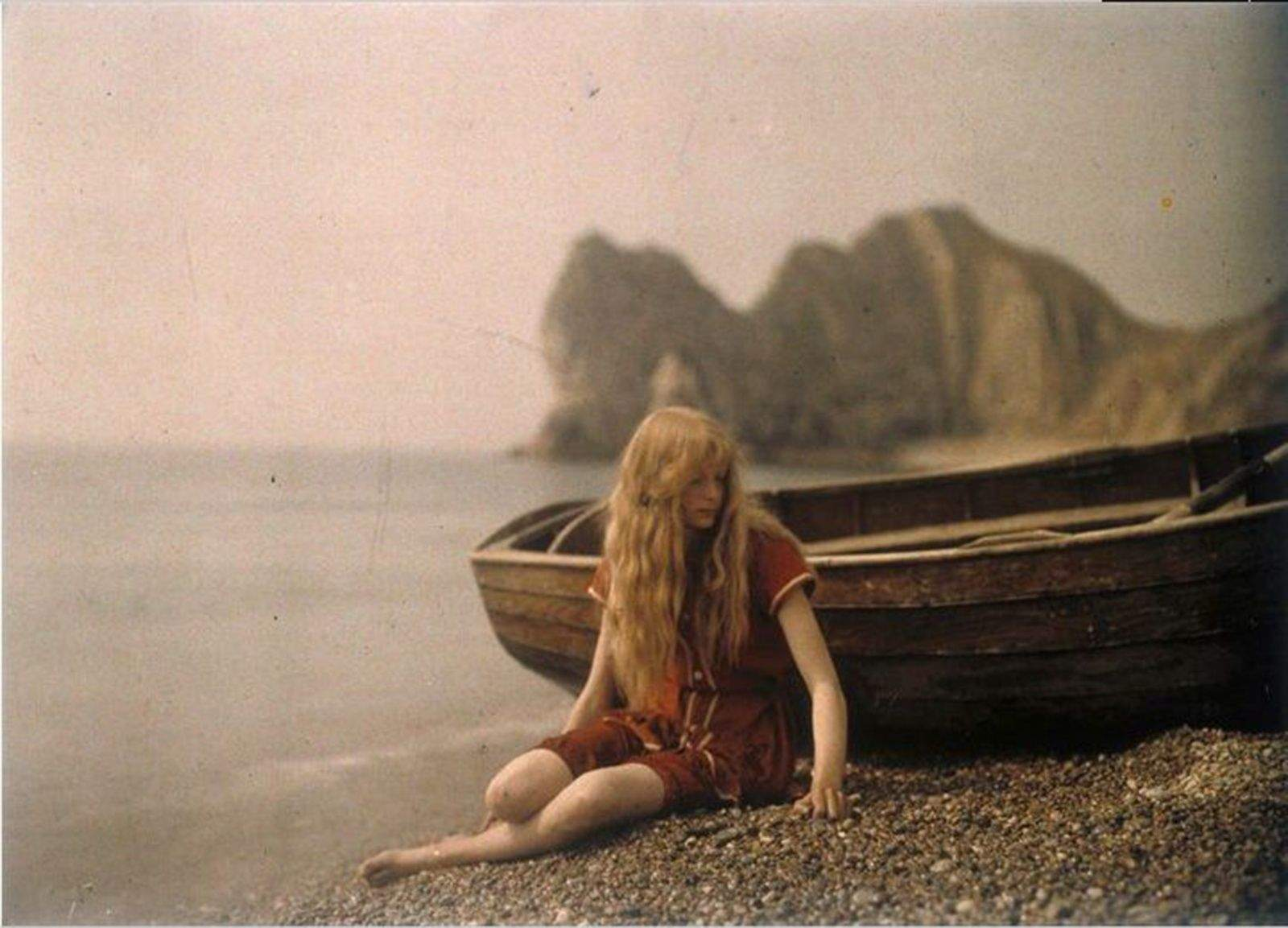 This photograph was made in the early 1900s using the Autochrome process, which starts with dyed potato starch.