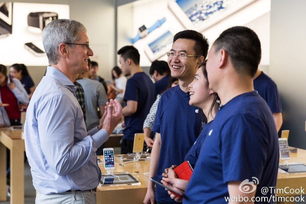 Tim Cook meets with Apple Store employees in China.