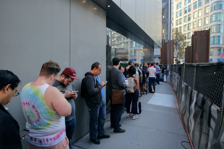 San Francisco Apple Store Line