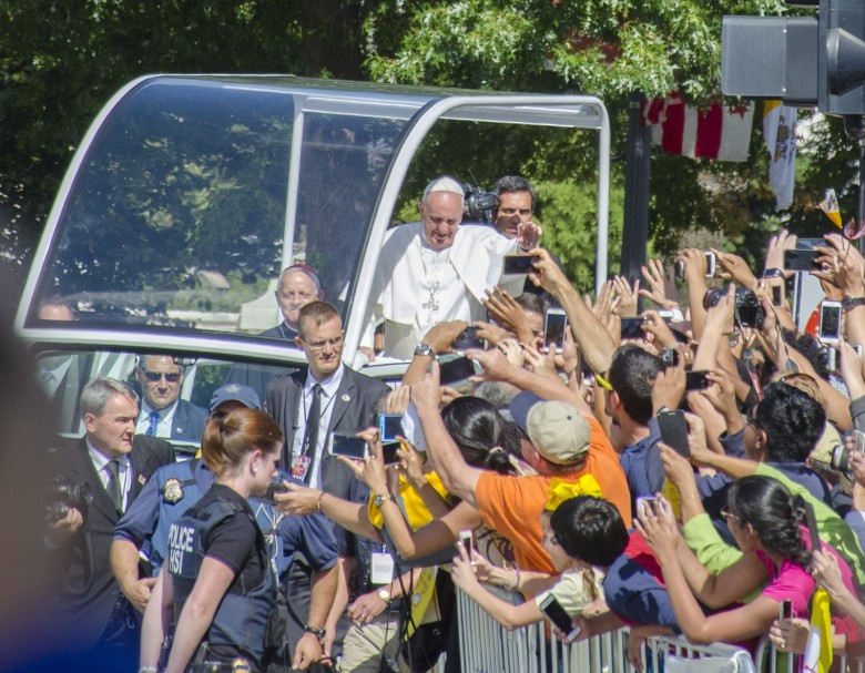 popes-arrival-in-america-greeted-by-a-sea-of-smartphones-image-cultofandroidcomwp-contentuploads20150921646304072_7f298bf6fa_h-jpg