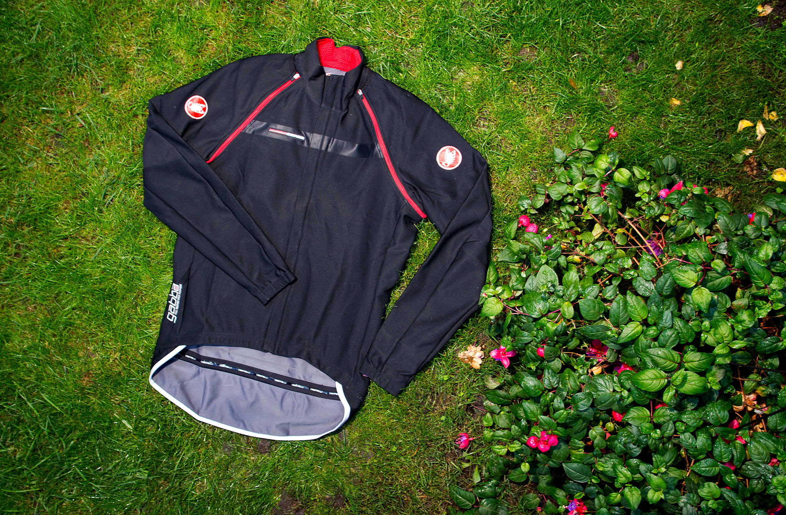With a zip of the sleeves the Gabba 2 jacket readies you for any amount of inclement weather.
