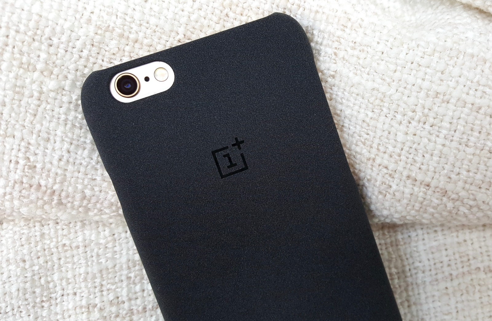 oneplus-launches-a-new-case-for-iphone-image-cultofandroidcomwp-contentuploads2015122015-12-01-112229-jpg