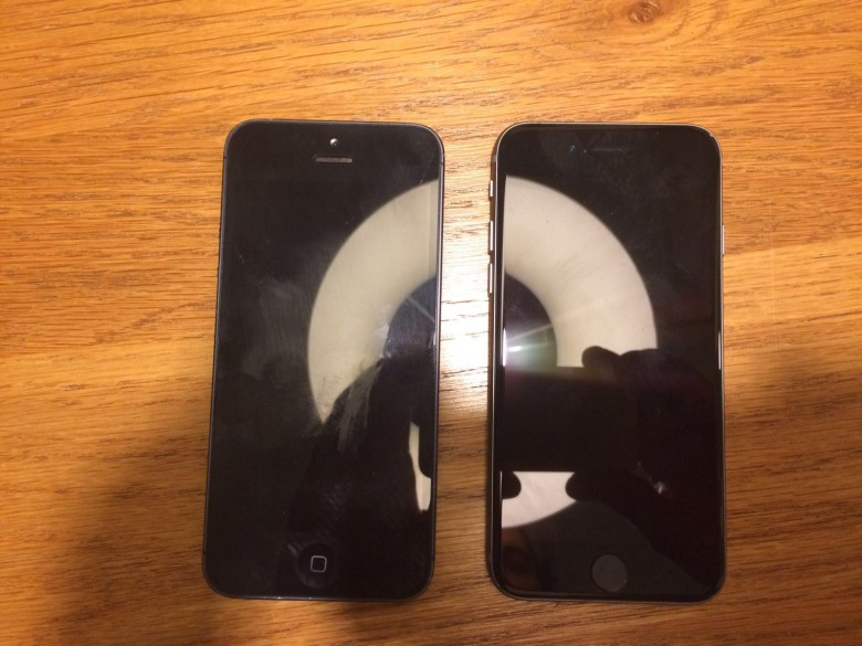 The iPhone 5 on the left, the iPhone 5se on the right.