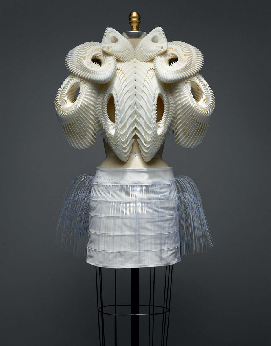 ensemble-iris-van-herpen-manus-x-machina-fashion-exhibition-met-nyc_dezeen_936_4