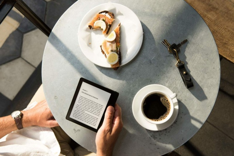 7-things-you-need-to-know-about-the-new-kindle-oasis-image-cultofandroidcomwp-contentuploads201604Kindle-Oasis_Cafe_1600-jpg