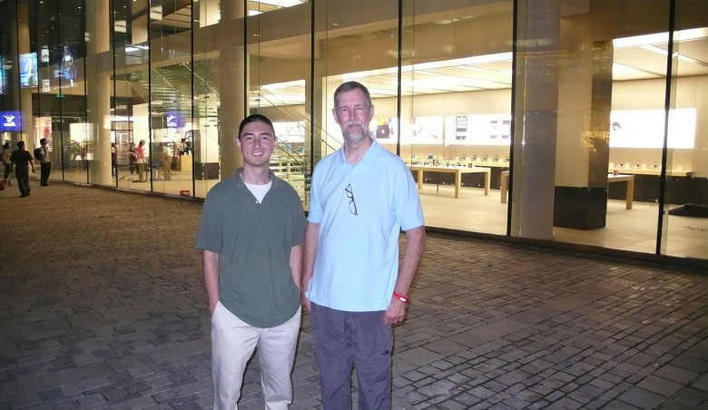 Gary Allen with his son, Devin, at a Beijing Apple Store in 2008.