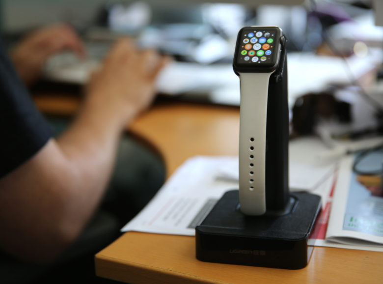 Ugreen's magnetic charging station for the Apple Watch.