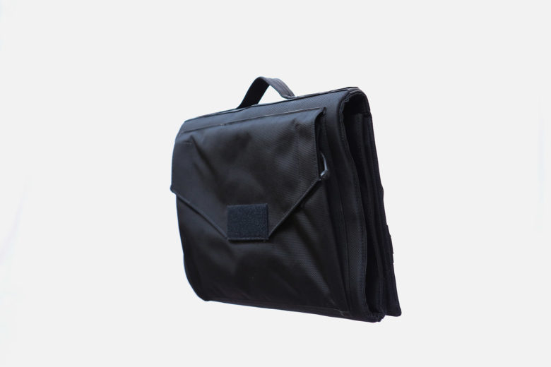 This shoulder bag protects your laptop - and body in case of gunfire.