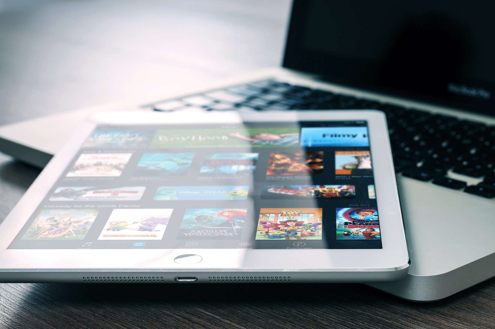 Apple wants a deal with studio execs to bring high-priced movie rentals to iTunes within days of release.