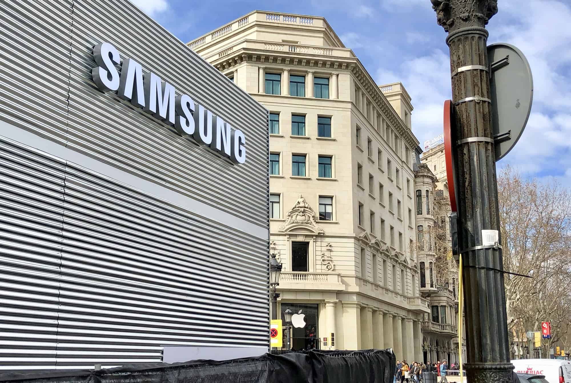 Samsung punks Apple by building a temporary store right in front of Apple's flagship Spanish store.