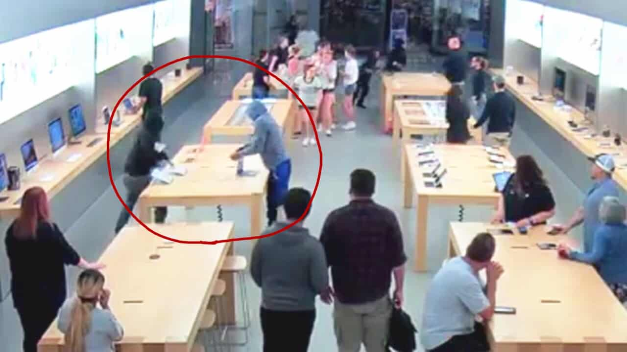 Thieves grab MacBooks from an Apple Store