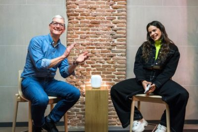 Tim Cook and Rosalía Vila discuss music in Madrid.