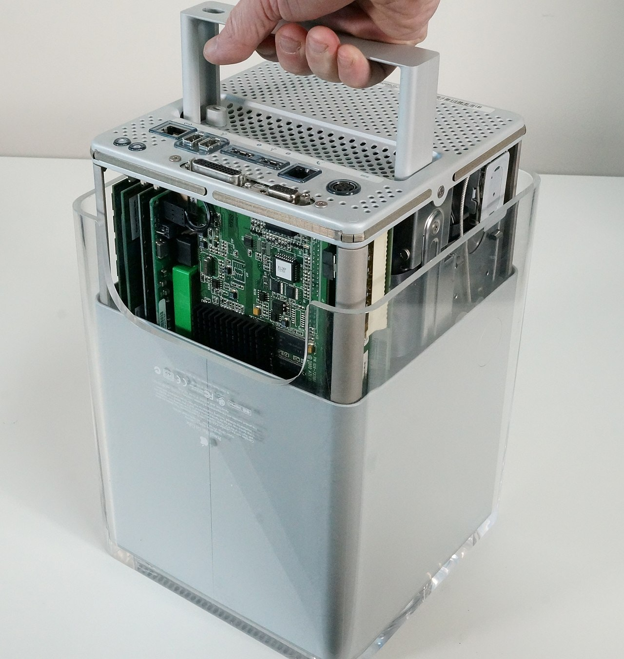 As with the new 2019 Mac Pro design, the guts of Apple Power Mac G4 Cube were easy to access.