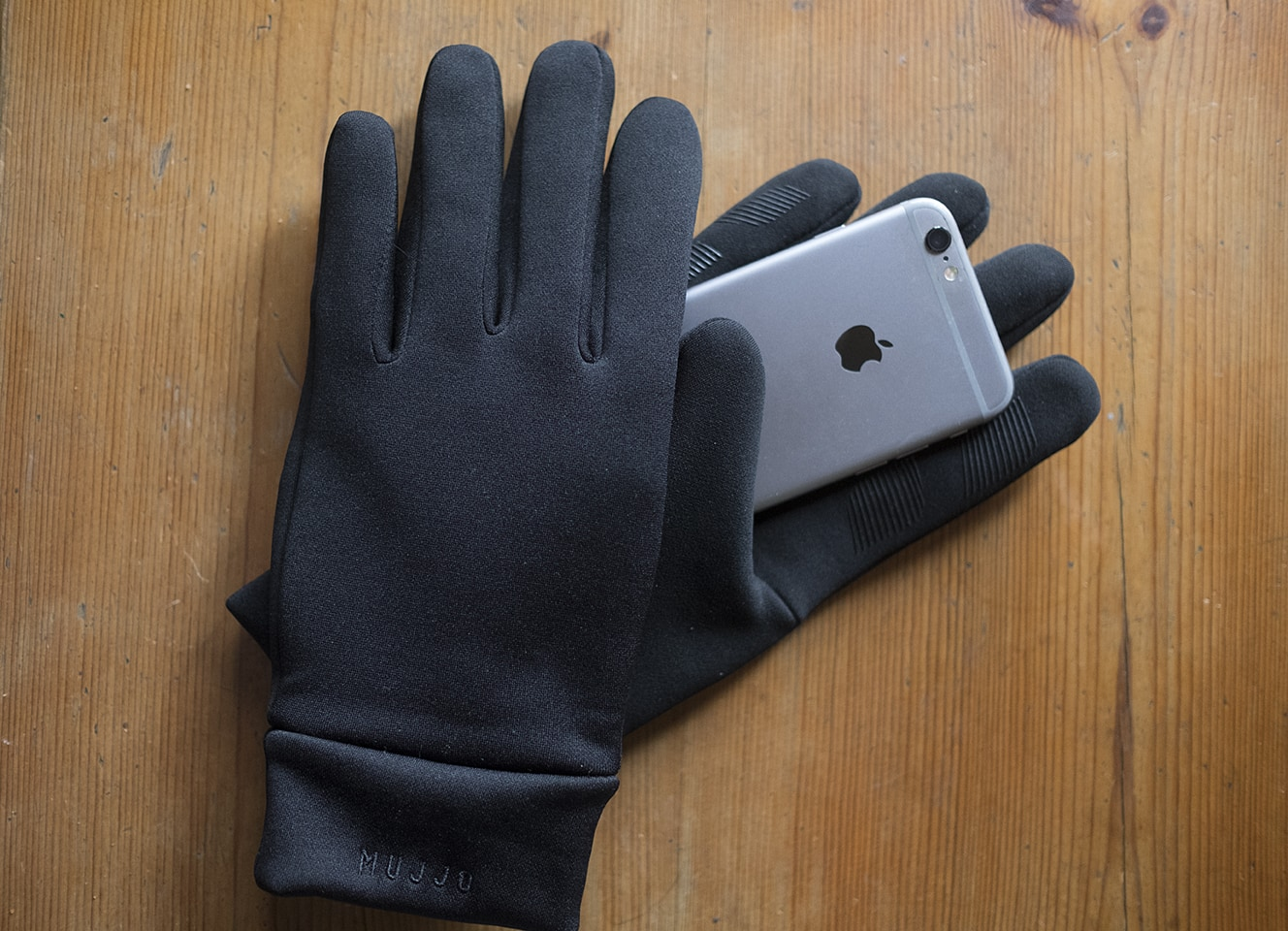 Mujjo touchscreen gloves with iPhone