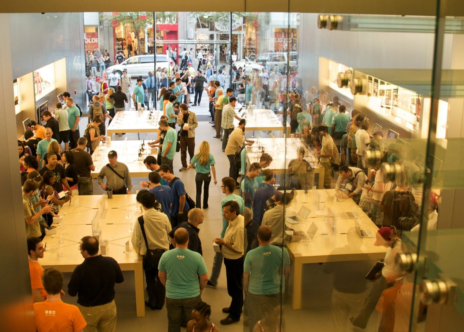 Apple Sainte-Catherine closes due to COVID-19. Here's the store during happier, less socially distanced times.