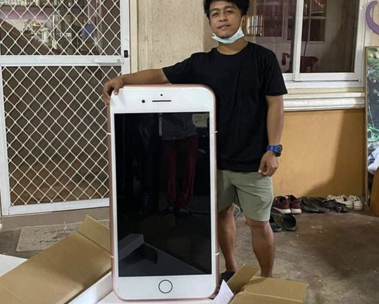 iPhone table man