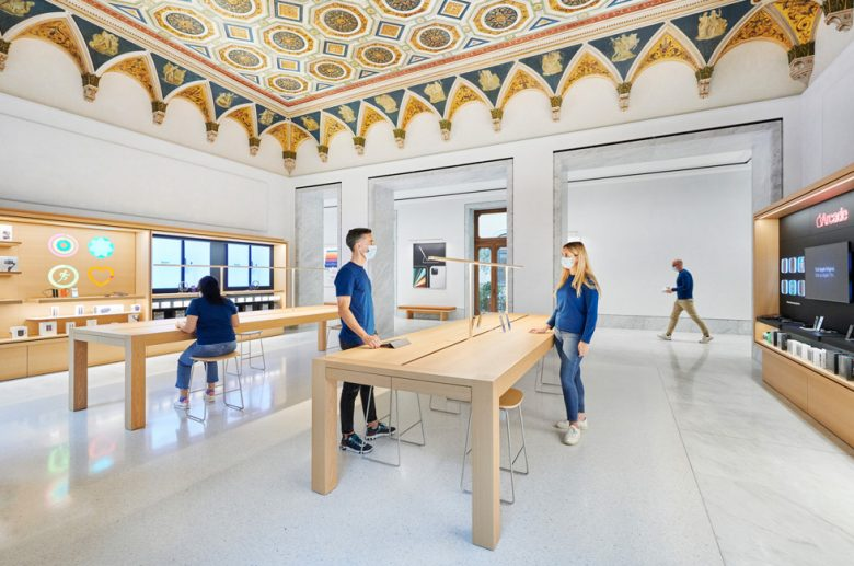 Apple Via del Corso, the new Apple Store in Rome: It took thousands of hours to restore the geometrically patterned ceiling